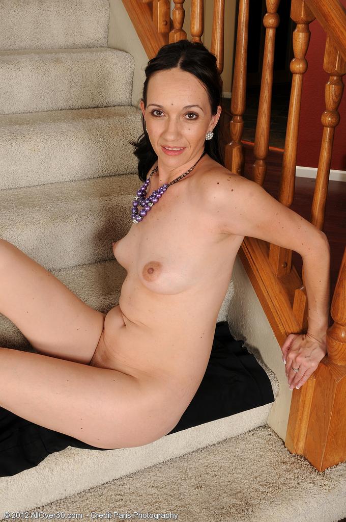 Posando en la escalera (Milf)