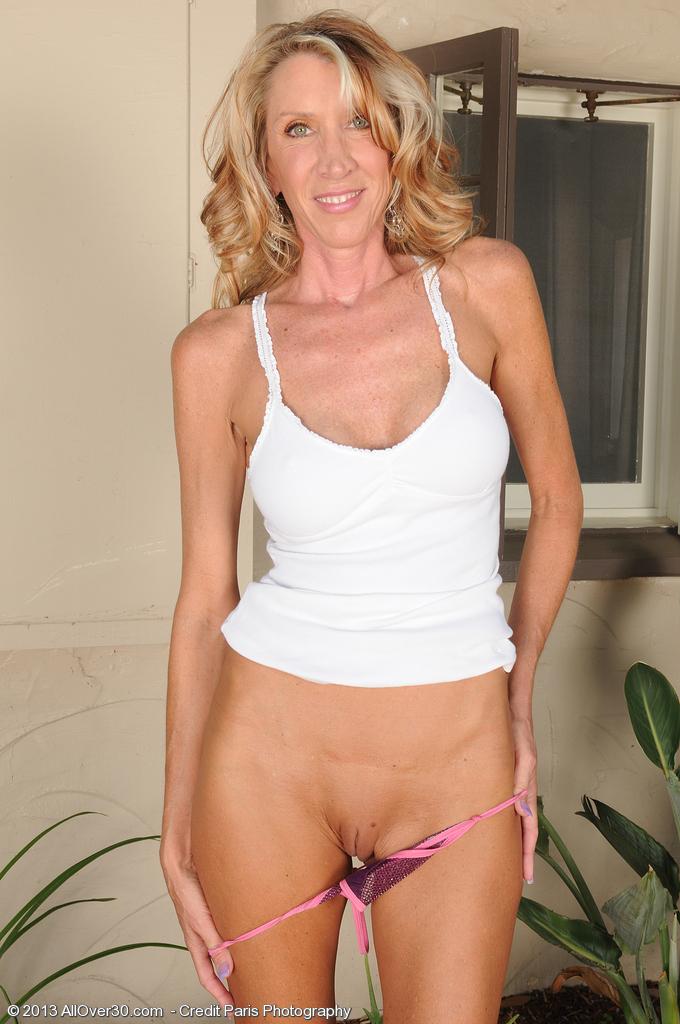 Cumming on nude sunbathing milf