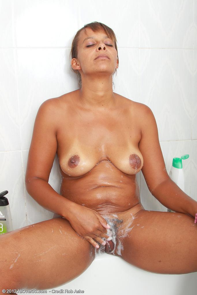 85. Мама спалила сына в ванной как он дрочил.Это ей понравилось.