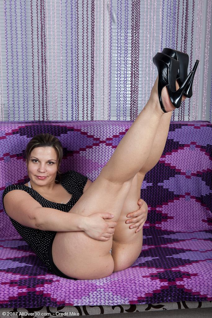 http://galleries.allover30.com/mature/EllariyaRose/NCtgDx/Z04/../ell003048006734004.jpg