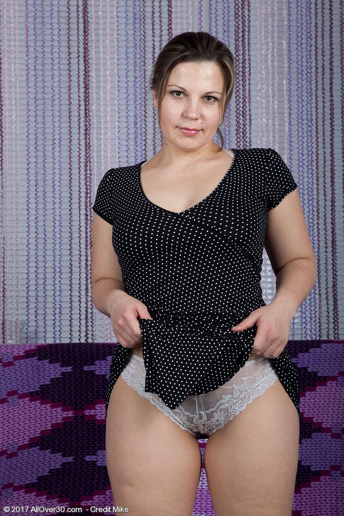 http://galleries.allover30.com/mature/EllariyaRose/NCtgDx/Z04/../ell003048006734005.jpg