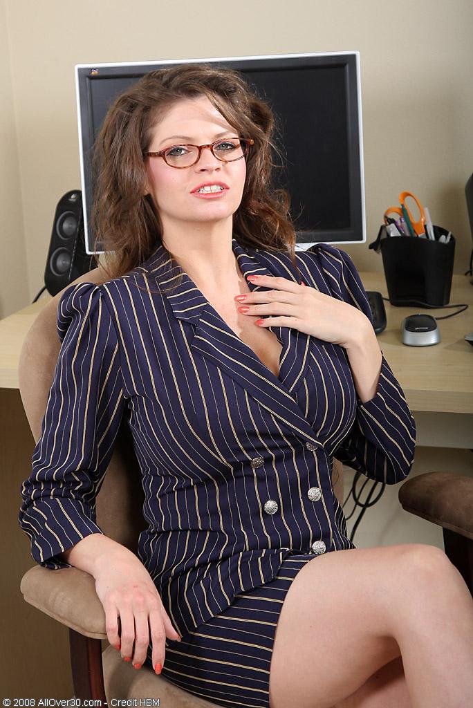 Блондинка секретарша с огромной грудью