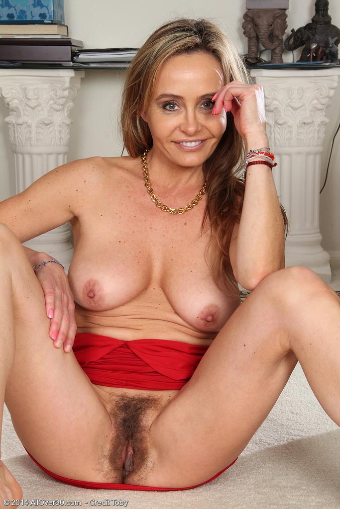 MILF caliente en vestido rojo dedeandose - PornDoe
