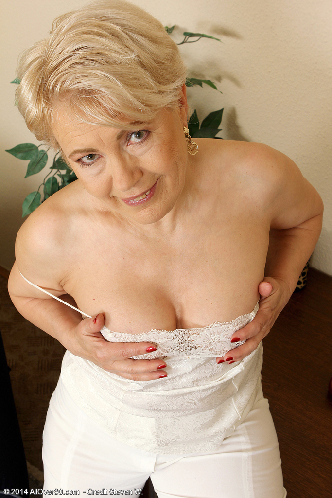 Sultry granny with hairy pussy gets her gspot rubbed - 1 10