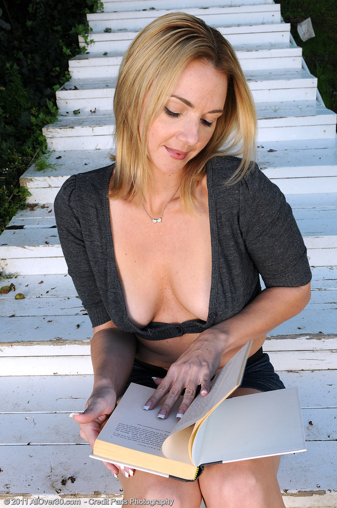 Un jefe desnuda a su secretaria y se la cepilla con fuerza
