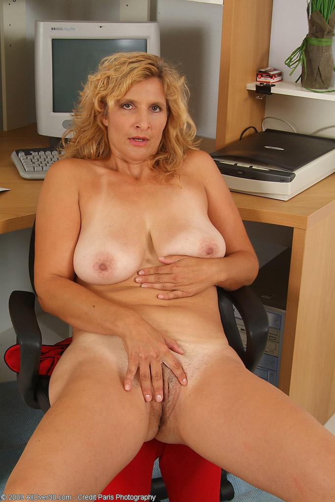 blonde_milfy