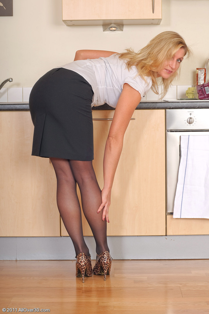 Зрелая женщина на кухне