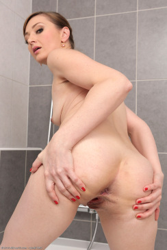 Skinny MILF Luca Bella Nude In The Bathroom