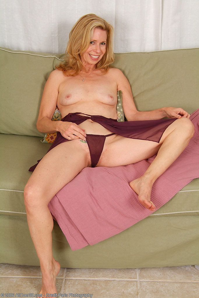 Wifebucket nude in public