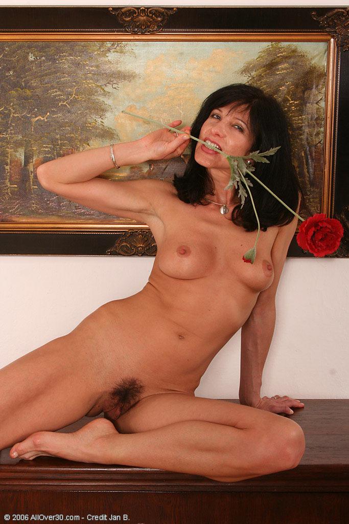 http://galleries.allover30.com/S/Simona/Housewives01/14.jpg