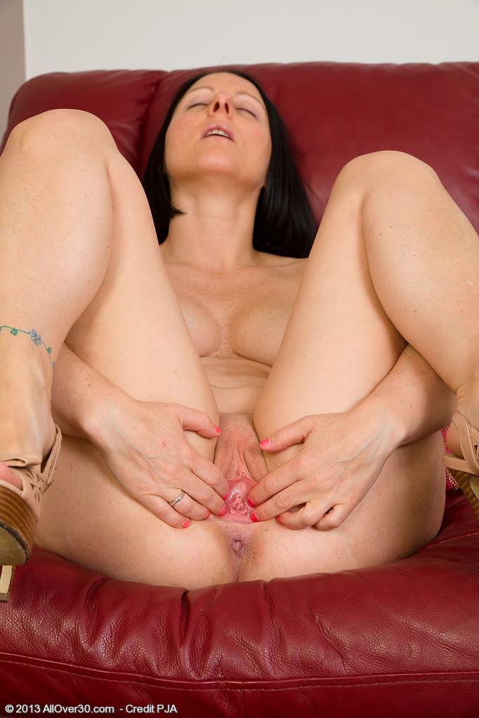 секс видео домохозяйка ласкает себя гантелей подбирается