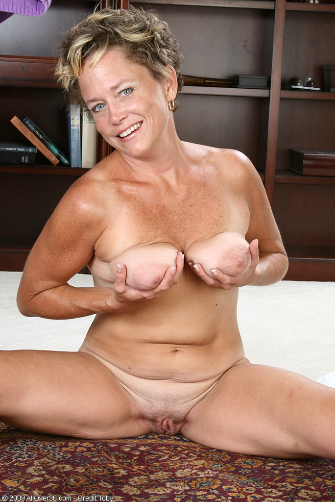 mother shows tits