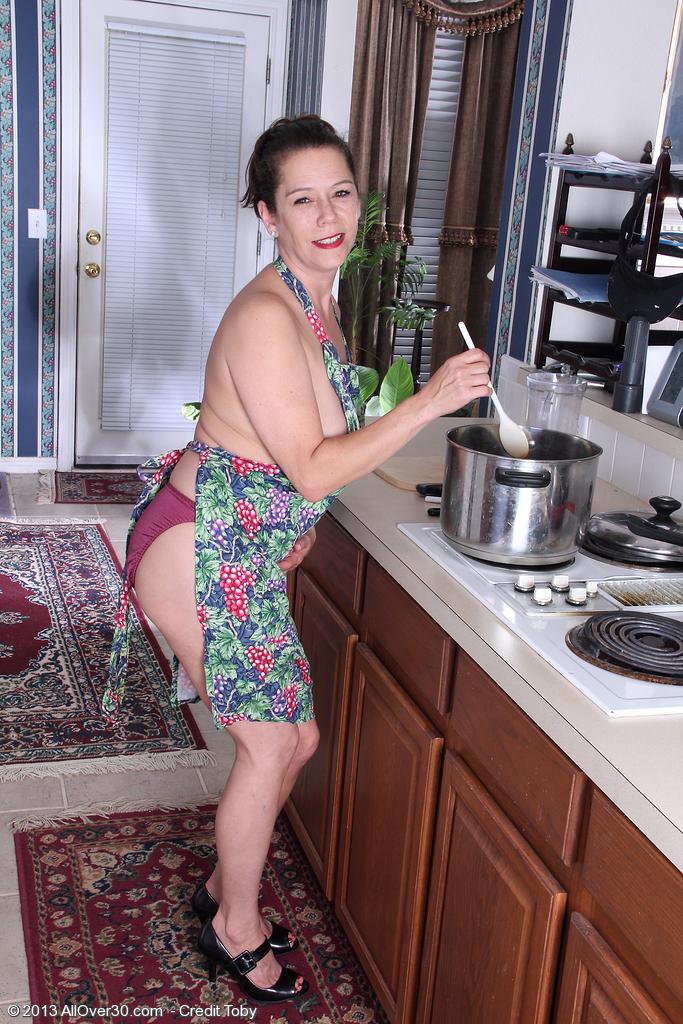 Зрелая на кухне, порно ролики русские на показ