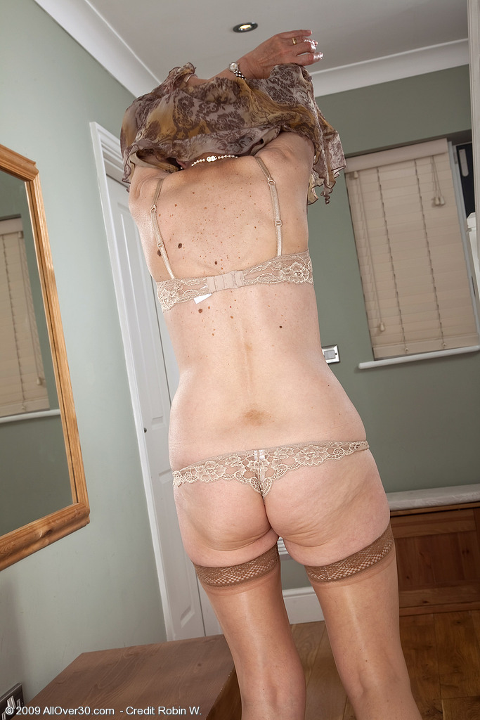 over porn year old dee shows off her shaven mat