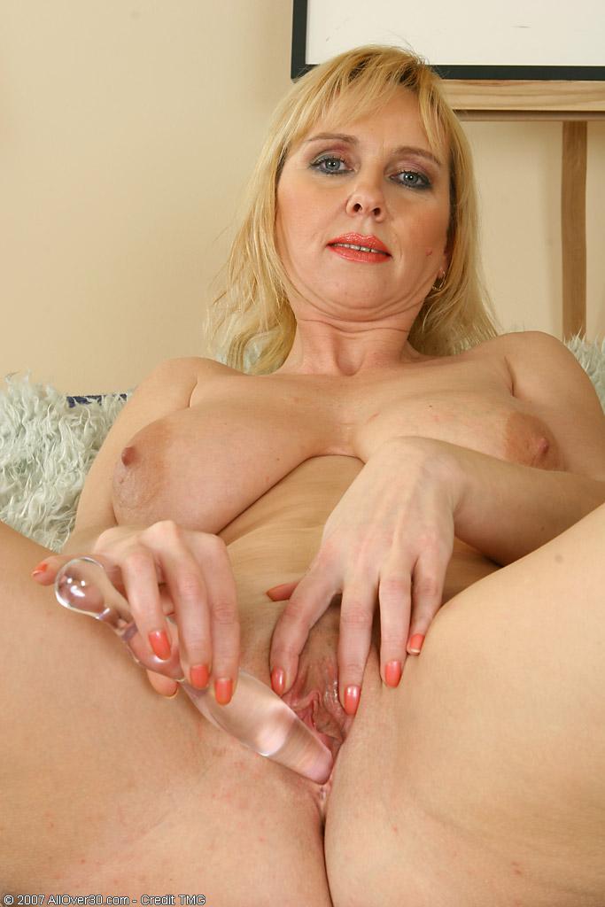 elizabeth-busty-mature-masturbate-gurl