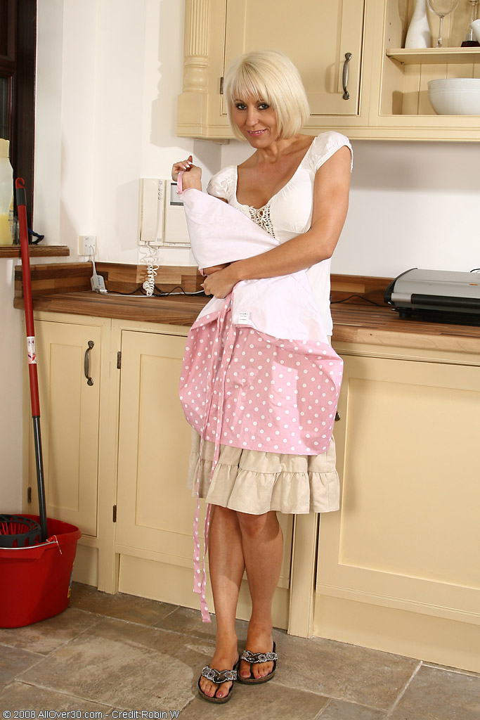 Курьер ебет пожилую домохозяйку, фото блондинки шлюхи сосут