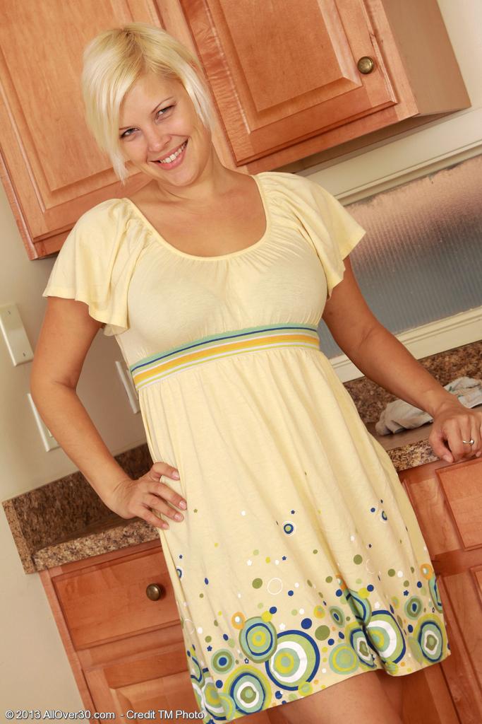 Blond mam toont haar kut van over de hele 30