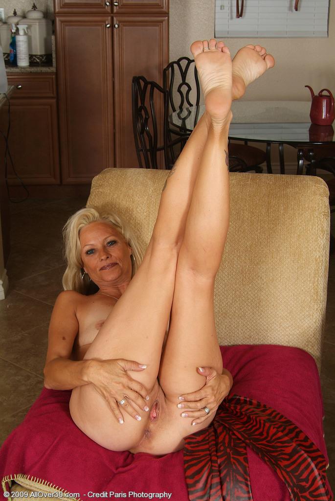 порно зрелые с тонкими ногами лежала полу