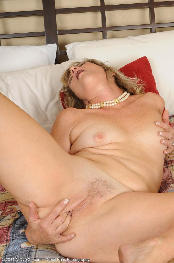 Женщина в возрасте ласкает свой клитор