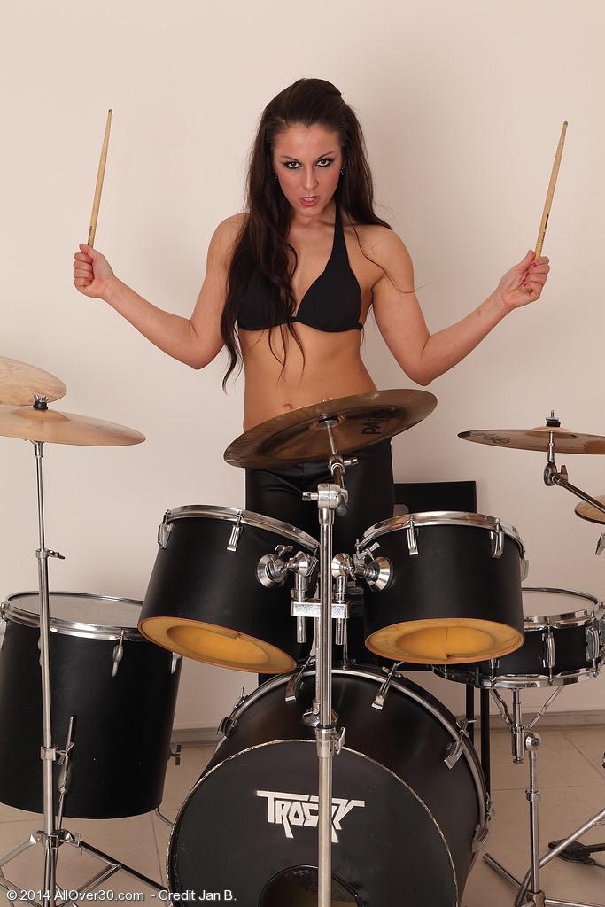 Quien le enseña a toca la bateria (Milf)